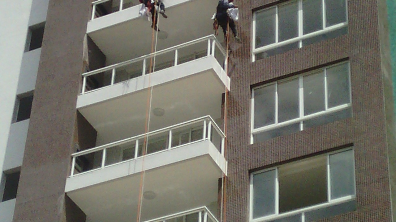 Limpeza de fachada de prédio